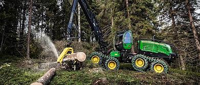 Traktors mežizstrādes procesā