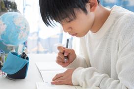 勉強をする男子高校生 (1).jpeg