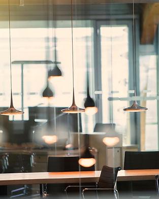 Bureau avec lumières suspendues