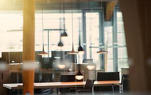 Oficina con luces colgantes
