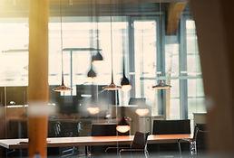 Büro mit Hängeleuchten