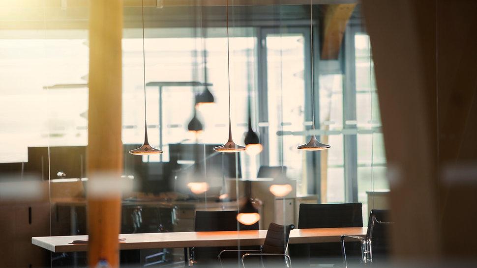 Escritório com luzes penduradas