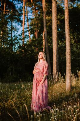 5. Rosablommig långklänning