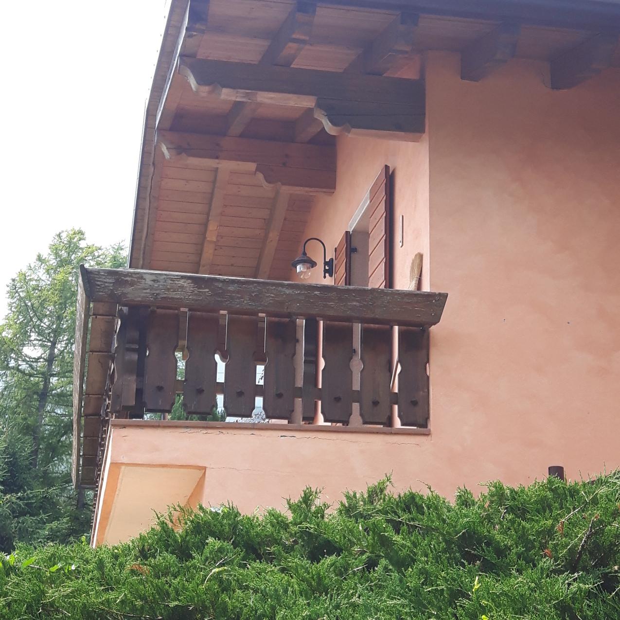 dettaglio laterale casa di montagna ferrara di monte baldo