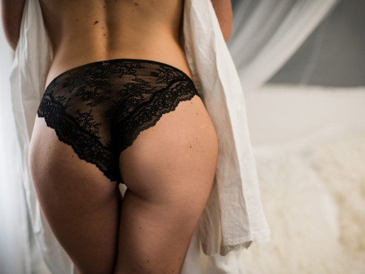 Want your booty to look incredible? // Downers Grove Boudoir Photographer