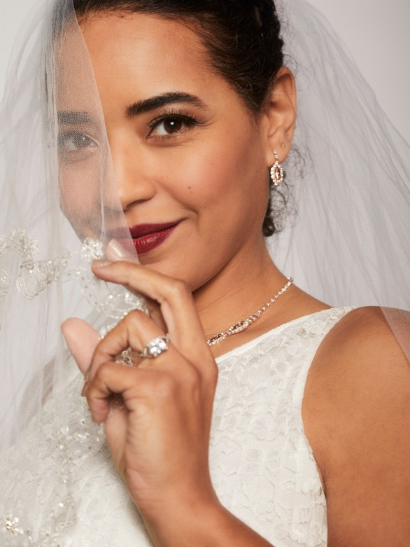 bridal model white lace veil