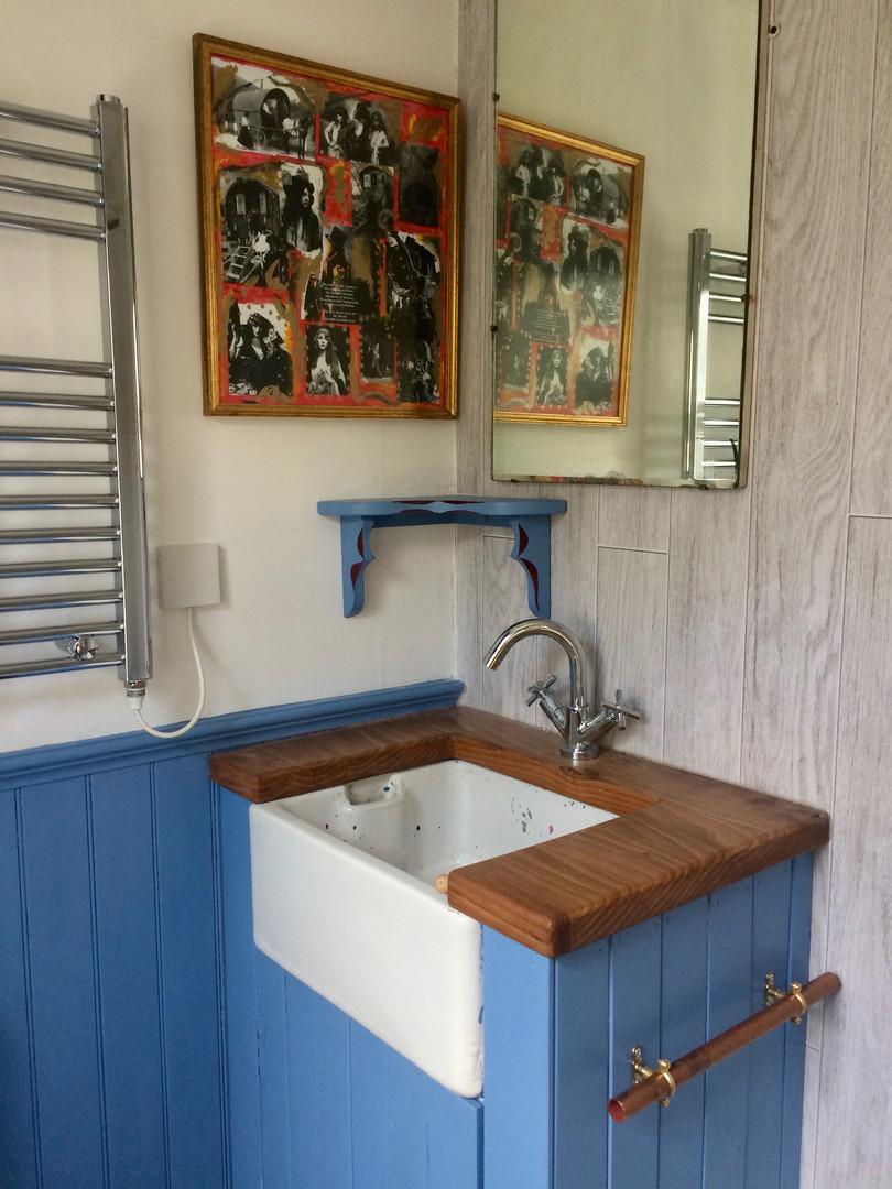 The Little Vardo bathroom