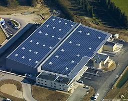 """ELECO a annoncé qu'elle a refinancé un portefeuille d'actifs solaires de 17,4 MWc en France pour le compte d'Octopus Energy Investments. La valeur totale de l'opération s'élève à 60 millions d'euros (67,3 millions de dollars US) et est structurée sous la forme d'un prêt entièrement amorti sur 14 ans.  Le nouveau financement a été fourni par deux banques - Bpifrance et Crédit Coopératif - qui ont agi en tant qu'arrangeurs principaux mandatés. Le portefeuille est composé de 66 centrales solaires sur toiture situées dans le sud et le centre de la France.  Eleco Capital et Linklaters ont conseillé Octopus, tandis que WFW, Mazars et Willis ont conseillé les prêteurs.  Matt Setchell, responsable d'Octopus Energy Investments, a déclaré : """"Ce refinancement améliore les rendements pour nos investisseurs et renforce notre présence en France, un pays qui devrait être à la tête de la croissance des énergies renouvelables en Europe au cours des cinq prochaines années. Nous explorons les moyens de continuer à participer à la transition énergétique propre de la France.""""  Edouard Brémond, fondateur d'Eleco Capital, ajoute : """"Nous avons été très heureux de conseiller Octopus Investments pour la structuration et la clôture de cette transaction. C'est une preuve supplémentaire que les centrales photovoltaïques sont une classe d'actifs mature, et une opportunité de prêt intéressante pour les banques. Nous sommes impatients de continuer à travailler avec Octopus Investments dans le cadre de l'expansion de leur portefeuille existant d'actifs français."""""""