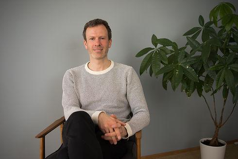 Erling Andreas Grotle på en stol.jpg