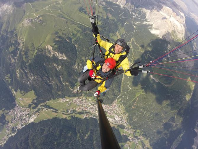 A spasso con un amico, 2500 metri di vuoto sotto i piedi, e si parla di dei vari sentieri della vall