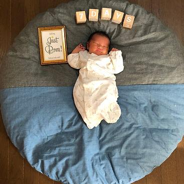 私自身が幼少期、こちらの座布団でお昼寝をしていたこともあり、赤ちゃん用にせんべい座布団を購入しました☺︎  これから毎月このお座布団の上で月齢フォトを撮って成長を振り返りたいと思います!  直径100cmの座布団で生後0ヶ月の今は身長50cmでちょうど半分のサイズ。いつかこの座布団から溢れるときがくるのを楽しみにしています♫  ふっくら厚みがあるので座布団というより昼間のお布団代わりにしています。  カバーはおうちで洗えるタイプかつおしっこなどで汚れることも考えて防水タイプにしました。  カバーの色・柄も沢山の中から自分でセレクトできるので自分好みのオリジナル座布団がお気に入りです★  これからもたくさん愛用させていただきます!!