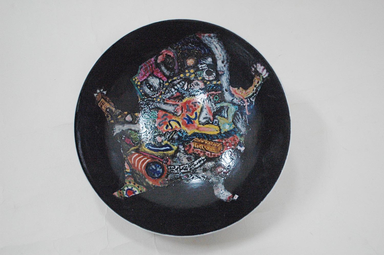 色絵鉢「うそ」語句が描かれています。china painting