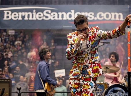 Strokes divulga nova música durante showmício para Bernie Sanders