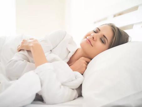 Escutar música 'grudenta' antes de dormir pode interferir na qualidade do sono, sugere estudo