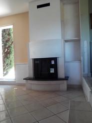 Foyer avec plaque marbre noir et pierres blanches estaillade