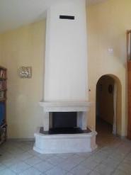 Foyer Polyflam habillage en pierres blanches