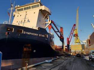 Symphony Star discharging pontoons @Klaipeda, Lithuania