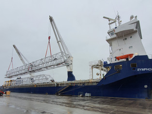Symphony Spirit loading crane parts in Lubmin, Germany. Picture from Brunsbüttel Ports GmbH