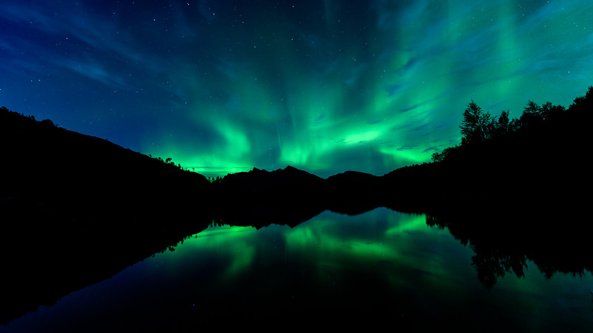 Reflecting auroras.jpg