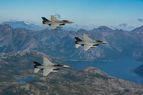 RNoAF F16 passing Steigtind.jpg