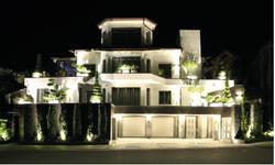 Haus aussen front nacht