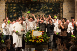 Les chefs participants arborent leur lot : une boîte d'œufs Poulehouse