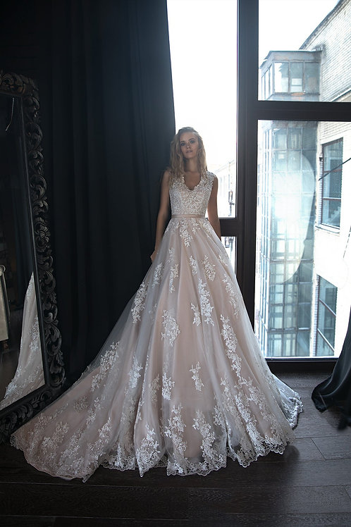 A silhuette wedding dress Adel by Olivia Bottega