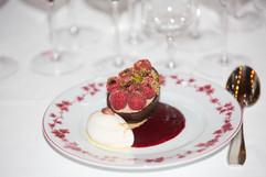 L'œuf en chocolat à la mode de Vougeot, sa glace et son coulis de fruits rouges.