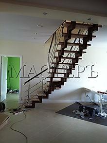 Лестница на металлокаркасе черз 3 забежные ступени