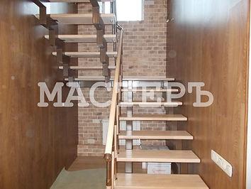 Лестница черз площадку с деревянными ступенями и комбинированным ограждением