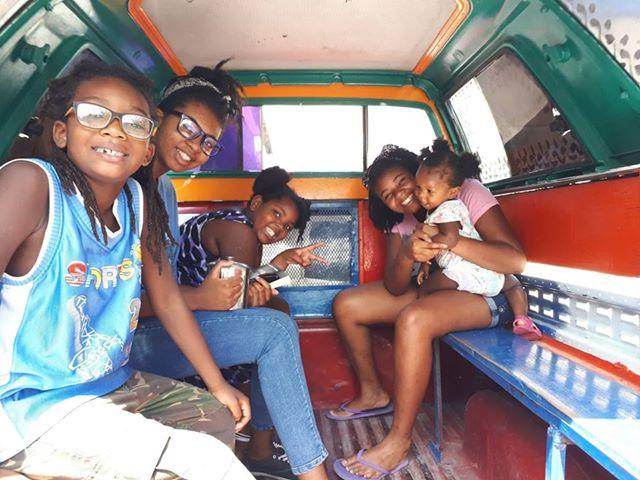 Les 5 enfants de Sylberte dans une kamyonèt.