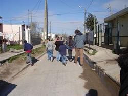 Marco y chicos caminando.JPG