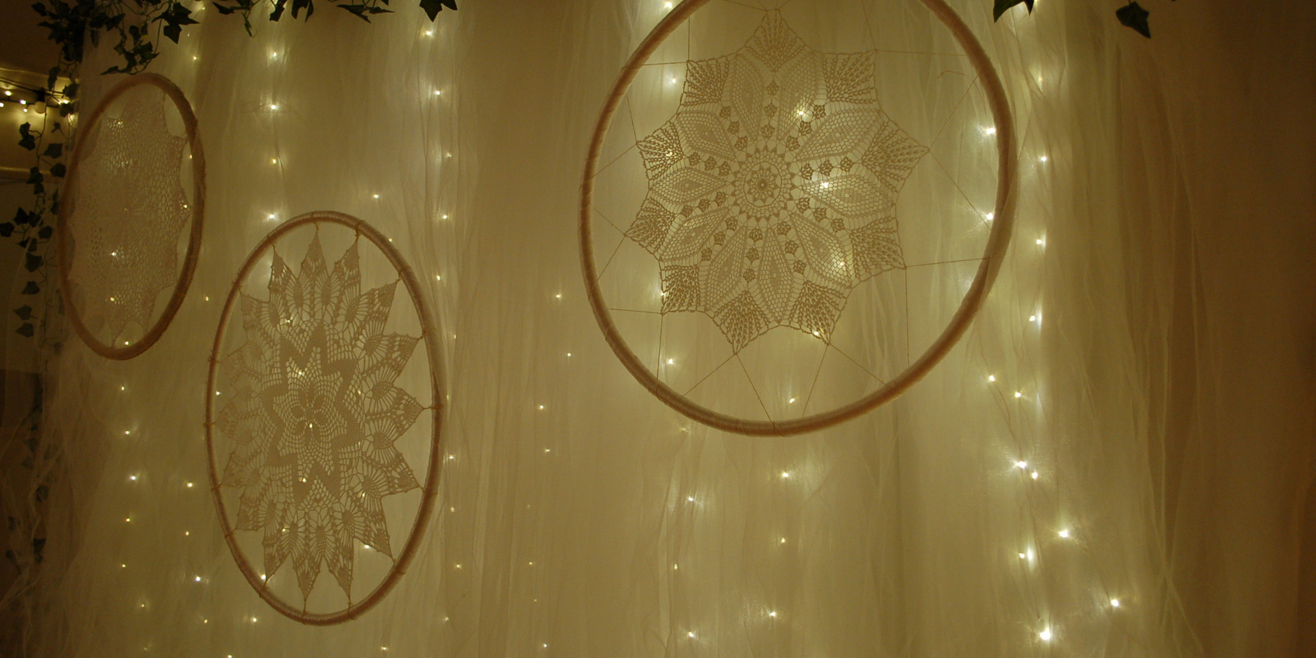 Fairy lights backdrop & macrames