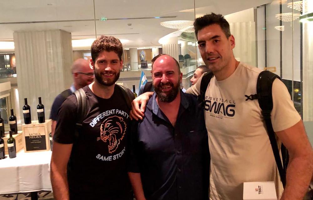 Sergio Case sonrie junto a Luis Scola