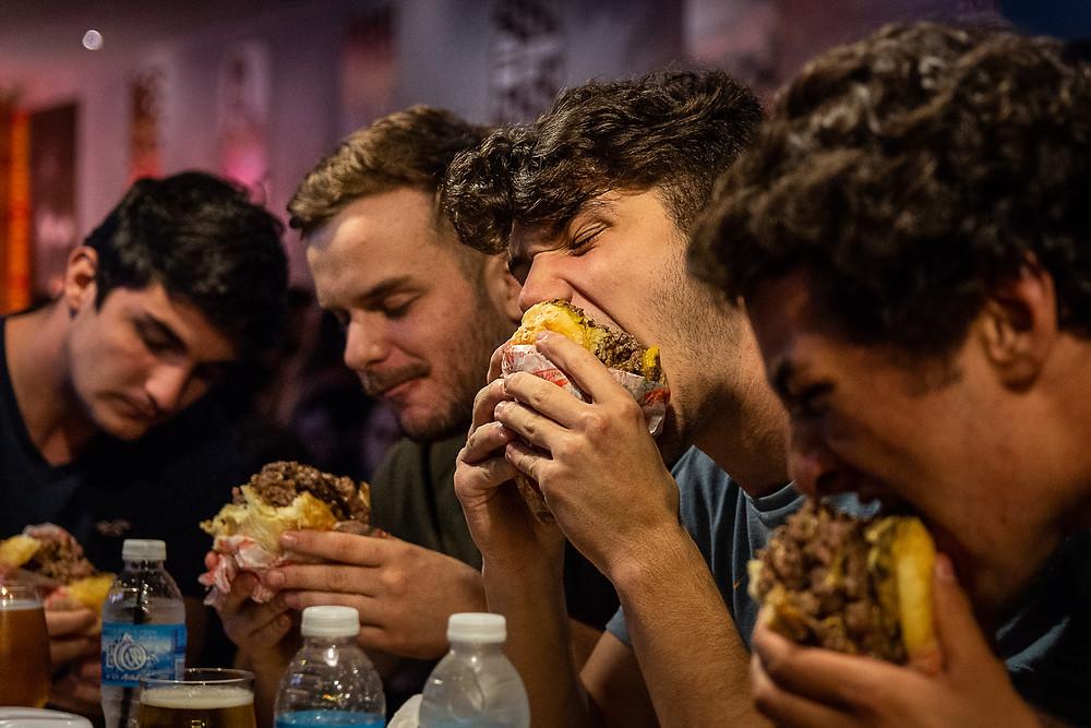 jóvenes comiendo hamburguesas