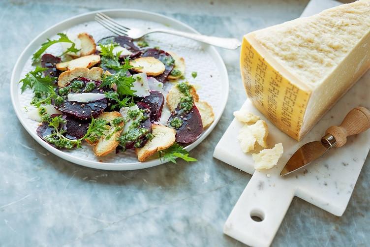 Ensalada de remolacha, Parmigiano Reggiano y salsa de hierba