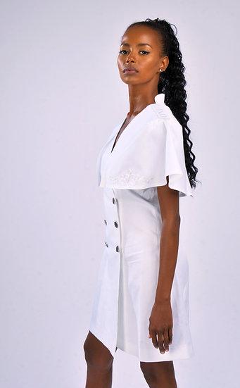Robe Sabrina en blanc avec cape brodée