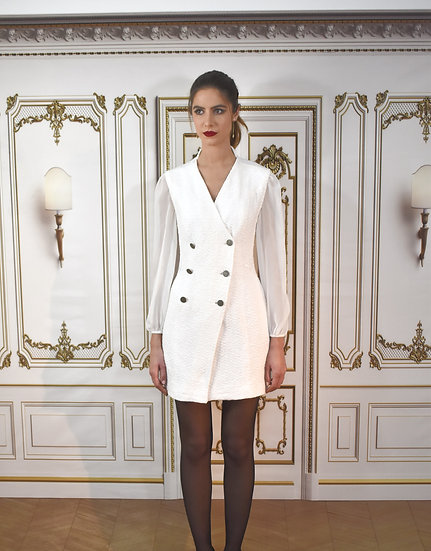 Robe Atropos en tweed blanc brodée à la taille avec un demi col au dos