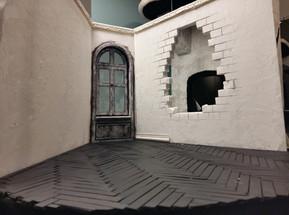 Eine erste, grobe Form der späteren Wandöffnung wird in die zentrale Rückwand des Raums geschnitten