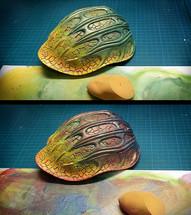 Einfärben durch Schwammtechnik: Schichtweises Auftragen diverser Farbschichten (gelb, grün, violett) mit einem Make-up-Schwamm