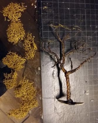 Bau eines Baumes aus Draht, Pappmachée und Islandmoos