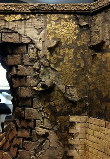 Verleimen der abgrerissenen Tapetenreste auf den Wandflächen, schwarz überlasieren