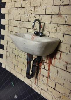 Verkleben des fertigen Waschbeckens auf dem gefliesten Wandstück