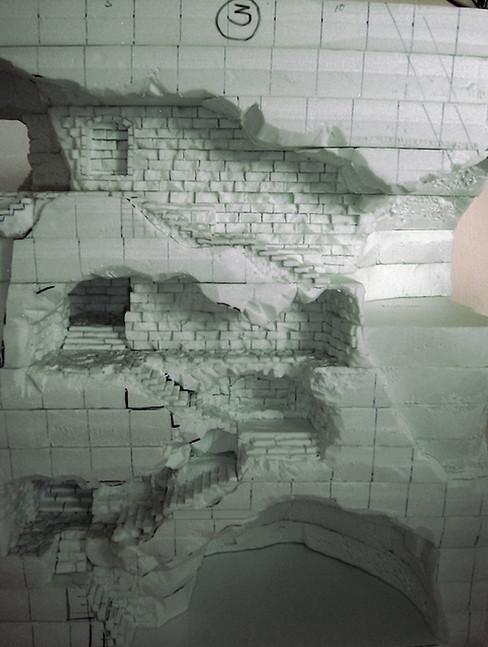 Weiteres Einritzen der Mauerwerk-Struktur - die Abstände der Backsteine sind so gewählt, dass die Stoßkanten der Platten später darin verschwinden.