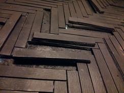 Bearbeitung des Boden: Einzelne Dielenbretter werden herausgetrennt ...