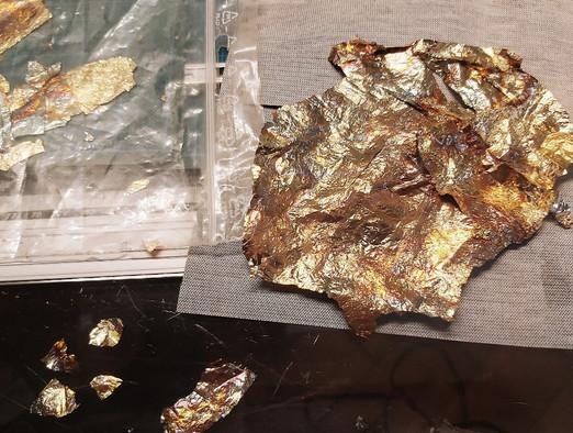 Anbringen von goldfarbenen Akzenten mit Blattgold