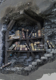 Einziehen und Bestücken erster Bücherregale in den unteren Gängen