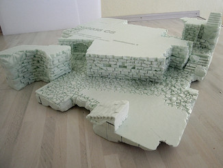 Strukturgebung: Einprägung der Steine und des Mauerwerks in den Innengängen (Platten sind noch nicht verklebt)