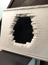 The stones at the edges of the opening are cut out individually - and then glued in again at an angle