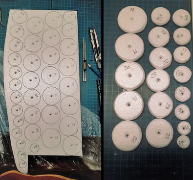 Bau der Tentakelform: Zuschneiden von runden Scheiben aus Styrodur (insgesamt 36 Stück pro Tentakelarm, kleiner werdend)